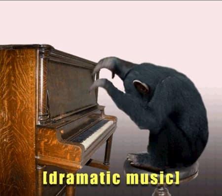 Mono tocando música dramática al piano